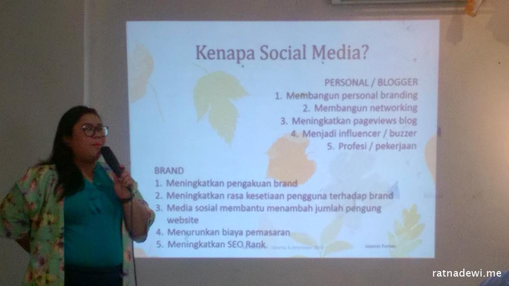 Putri KPM lagi menjelaskan tentang pentingnya optimalisasi media sosial