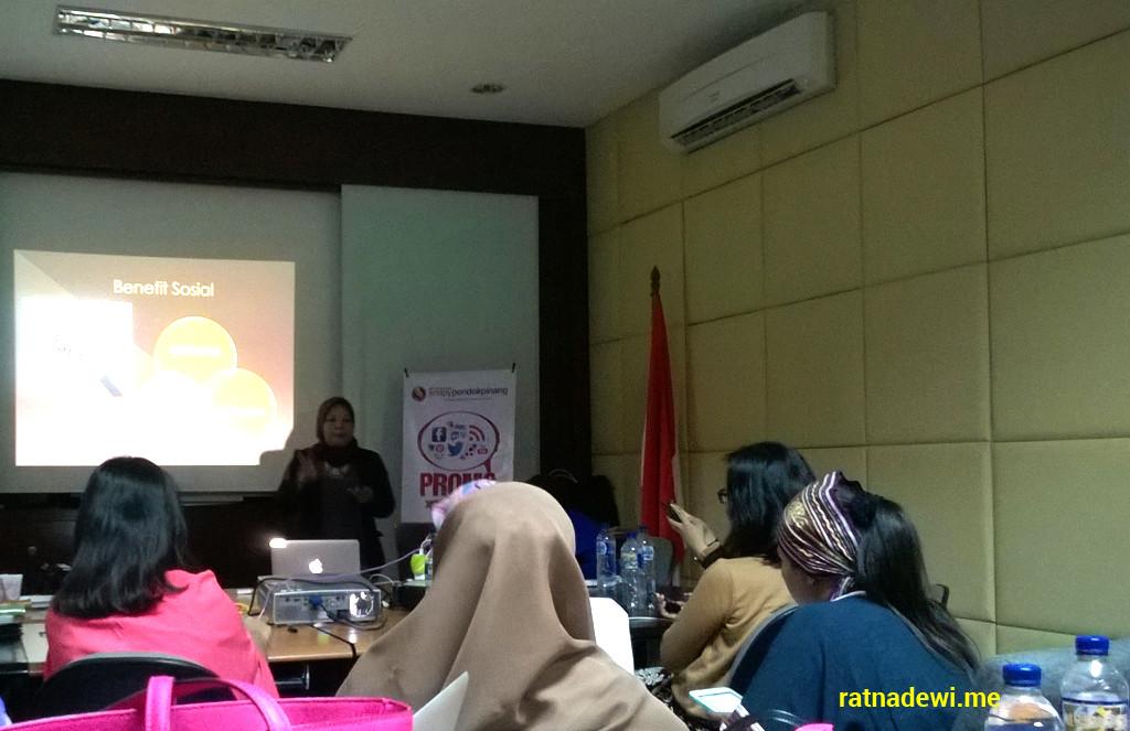 Teh Ani lagi bagi-bagi tips sukses mendulang materi dari blog dan social media nih