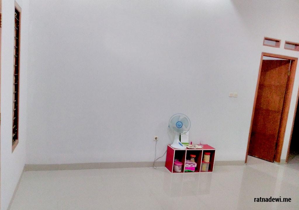 salah satu sudut ruang tamu rumah saya yang membosankan karena belum diisi furniture