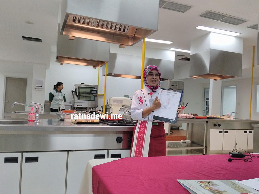 Chef Astini Moechsin yang mengajari kami di cooking class