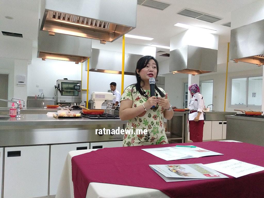 Mbak Uli sedang menerangkan soal Gourmet House