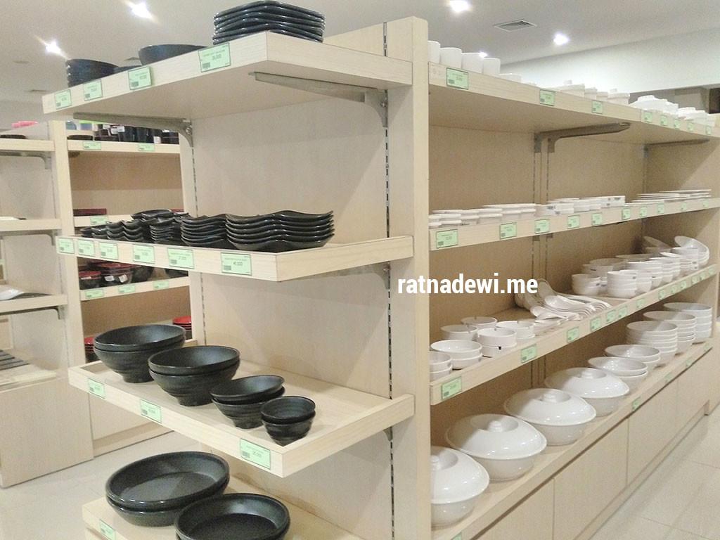piring dan mangkuk dari berbagai ukuran