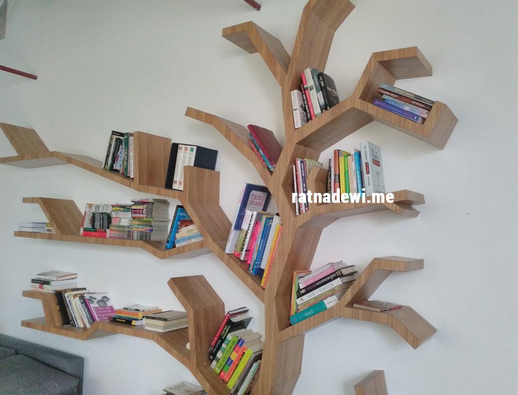 Rak buku di salah satu sudut membaca di Bukalapak. Unik ya?