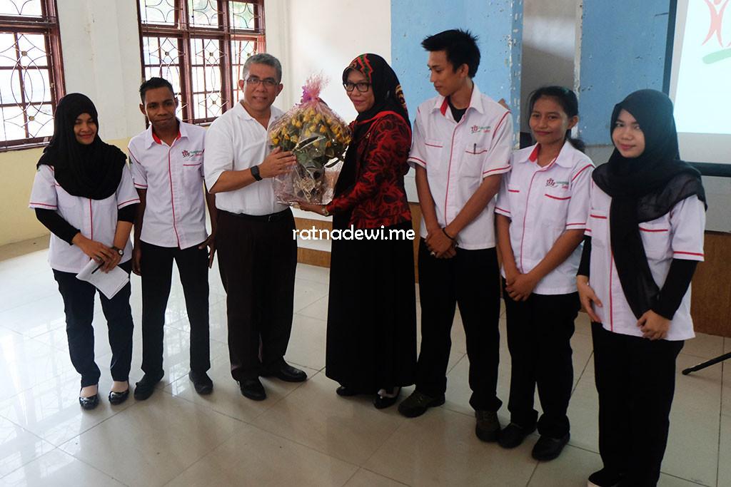 drg. Oscar Primadhi bersama Kepala Puskesmas Belakang Padang dan Tim Nusantara Sehat