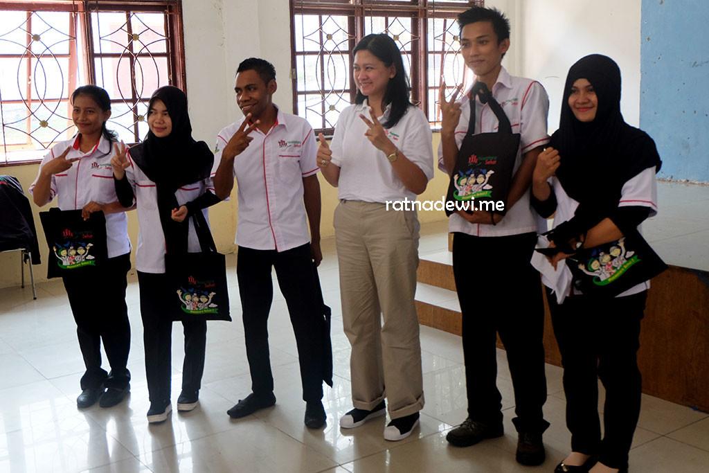 Dyah Satyani Saminarsih, M.Sc berpose dengan Tim Nusantara Sehat Belakang Padang