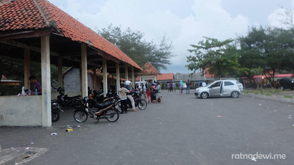 tempat parkir di Pantai Jatimalang