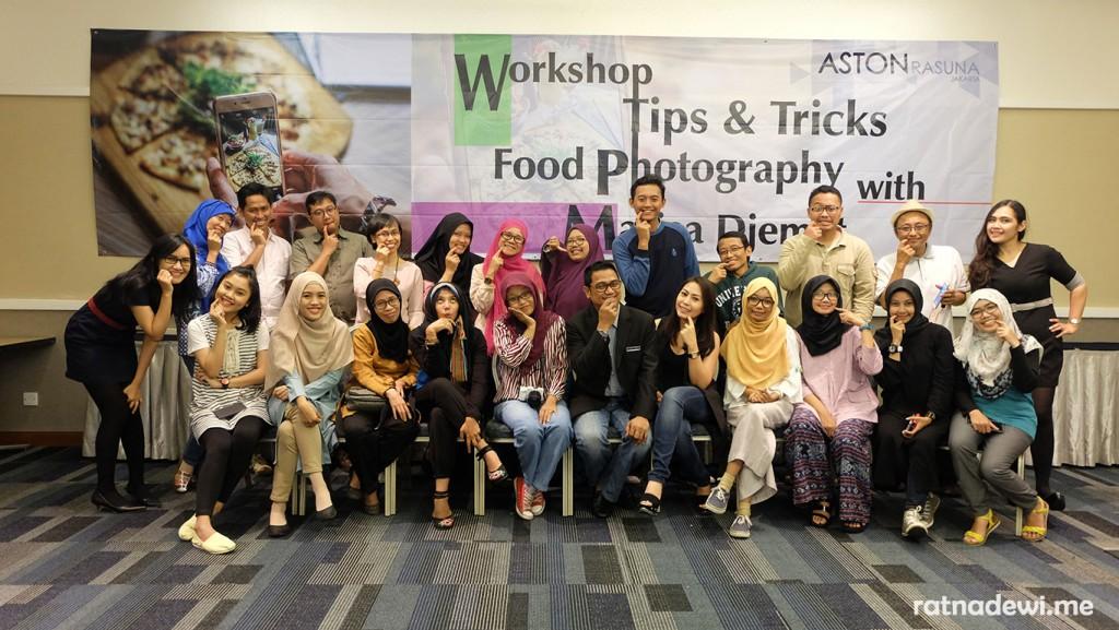 Para blogger, pembicara, dan pihak Aston Rasuna berfoto bersama