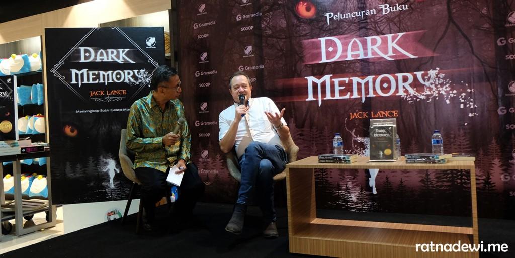 Jack Lance (kanan, berkemeja putih) saat peluncuran novel Dark Memory di Jakarta