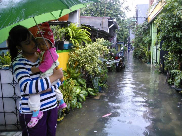 jalanan depan rumah saat banjir