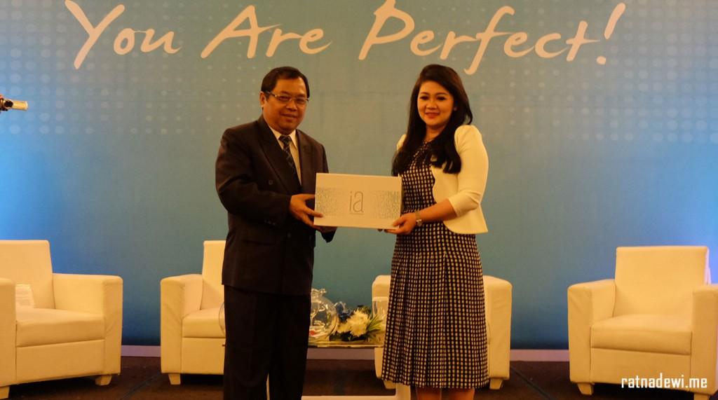 Hari Utomo, General Manager Jeunesse Global dengan dr Kardiana Purnamadewi, Sp. KK