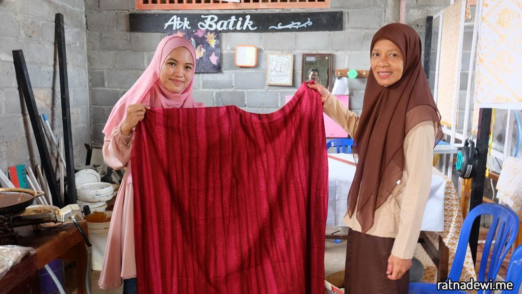 saya dan Bu Endah Kartika di ruangan produksi Batik ABK