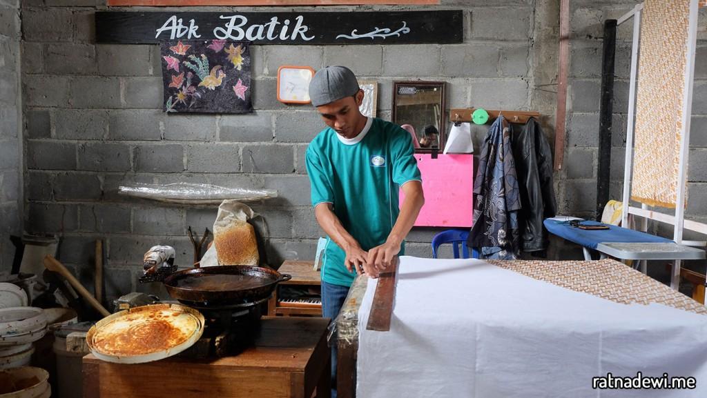 Estu, alumni SLB yang sehari-hari bekerja membuat batik