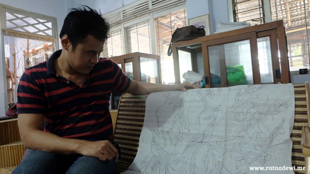Mas Jazid menunjukkan salah satu hasil sketsa Batik Purworejo