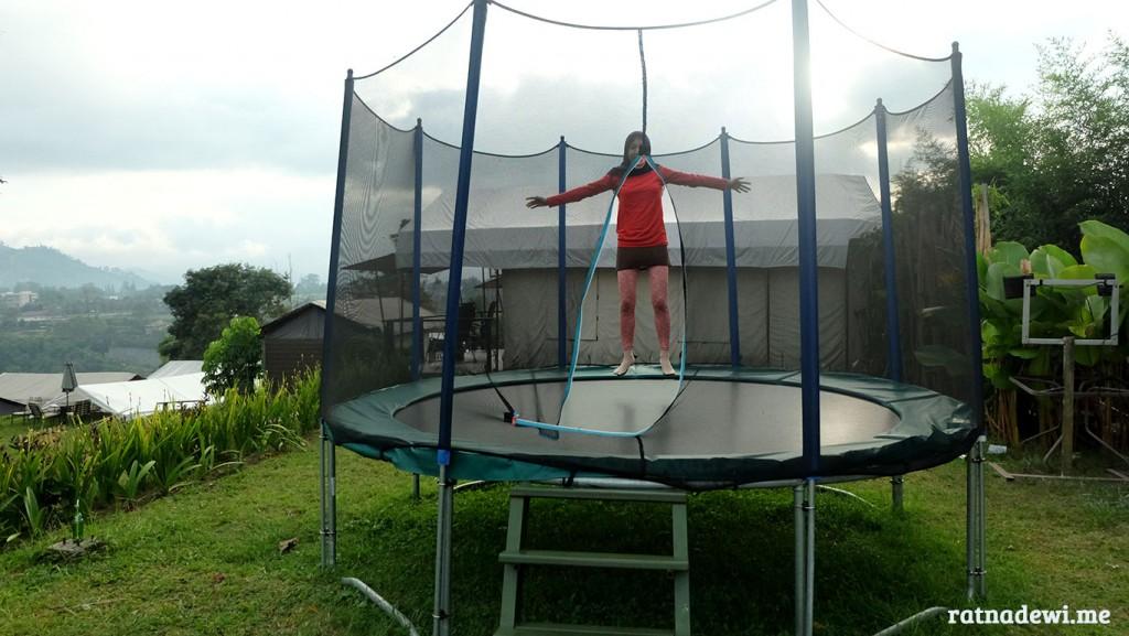 olahraga dengan main trampoline di Trizara Resorts