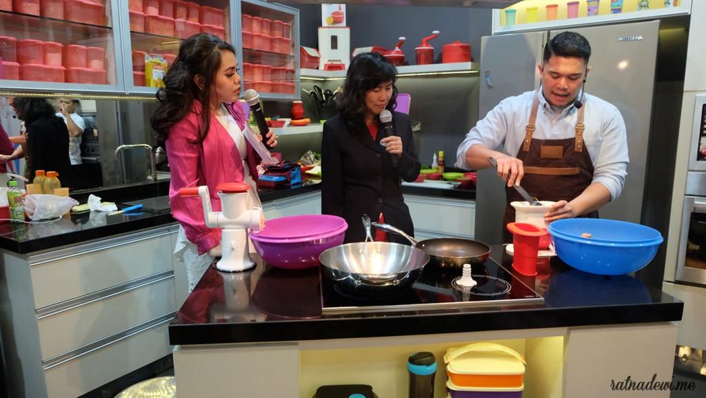 Chef Lutfi (kanan) memasak beberapa menu bekal sehat
