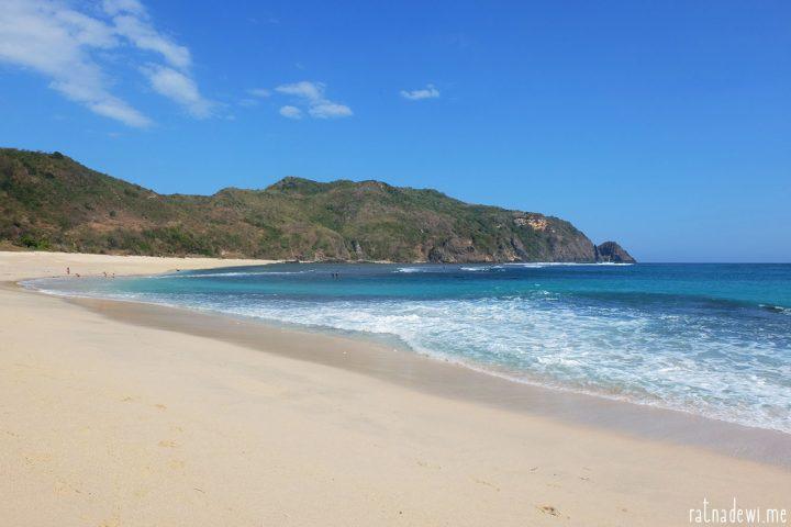 Pantai Mawun, 'Surga' Tersembunyi di Balik Bebukitan