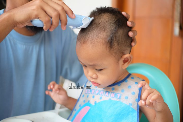 #CeritaIbu: Tips Sederhana Memotong Rambut Balita di Rumah