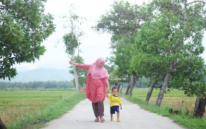 Tampil Segar dan Wangi saat Momong Anak di Kampung Halaman